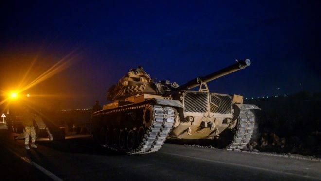 Tanque do exército turco segue para fronteira com a Síria, 8 de outubro de 2019