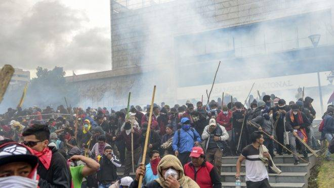 Manifestantes são dispersados da assembleia nacional pela polícia de choque em Quito, Equador, 8 de outubro de 2019