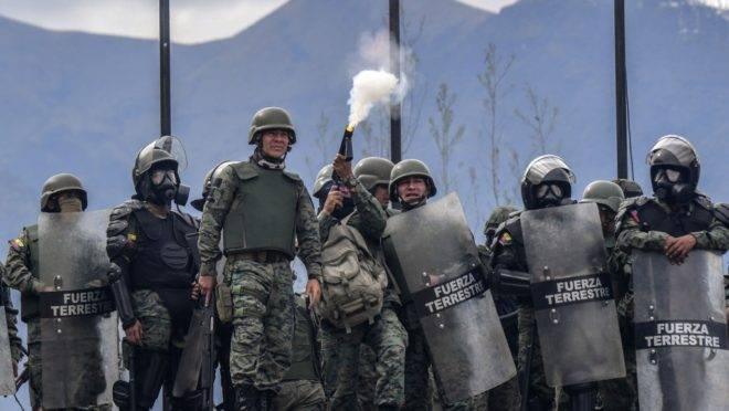 Polícia de choque atira gás lacrimogêneo para dispersar manifestantes na Assembleia Nacional, em Quito, Equador, 8 de outubro de 2019