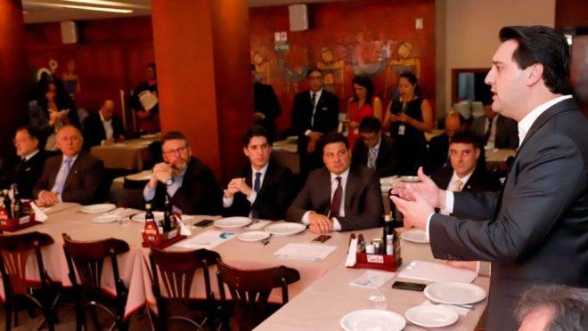 Governador Ratinho Junior (PSD) reunido com a bancada federal do Paraná em Brasília, na terça-feira (8/10)