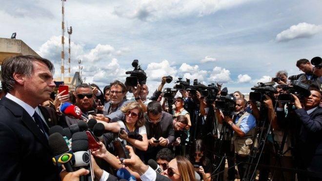 Jair Bolsonaro durante coletiva com jornalistas. Presidente já sinalizou diversas vezes que pretende cortar publicidades estatais veiculadas na imprensa.