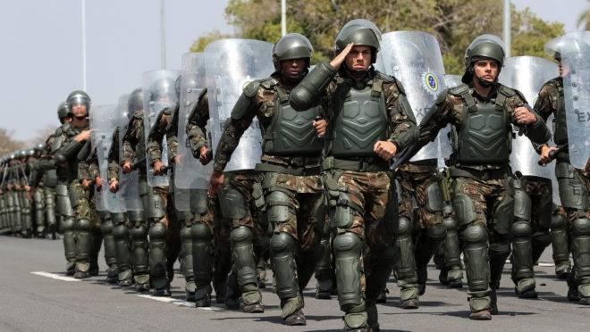 Desfile militar no Dia do Soldado, em Brasília.