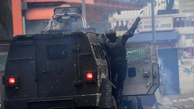 Polícia de choque usa gás lacrimogêneo para dispersar manifestantes durante confrontos perto da Assembleia Nacional em Quito, Equador, 8 de outubro de 2019
