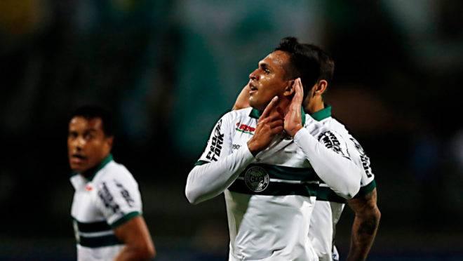 Robson comemora gol da vitória sobre o Guarani com a mão em uma das orelhas