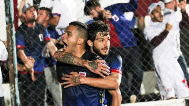 Bruno Rodrigues e Fernando Neto comemoram o gol com a torcida paranista em Ponta Grossa. Foto: Josué Teixeira/Gazeta do Povo