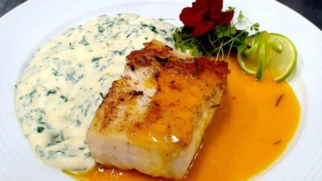 Lombo de pescada amarela ao molho de tangerina, com creme de espinafre – uma das sugestões do menu especial de jantar do Euro Bistrô.