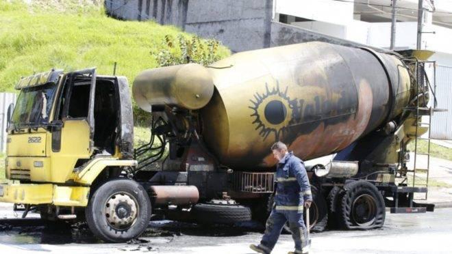 Caminhão ficou destruído.