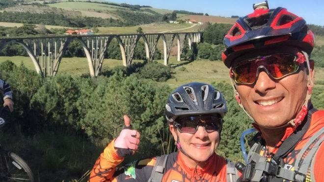 Casal de ciclistas pretende pedalar 3 mil quilômetros para ajudar escola de alunos especiais.