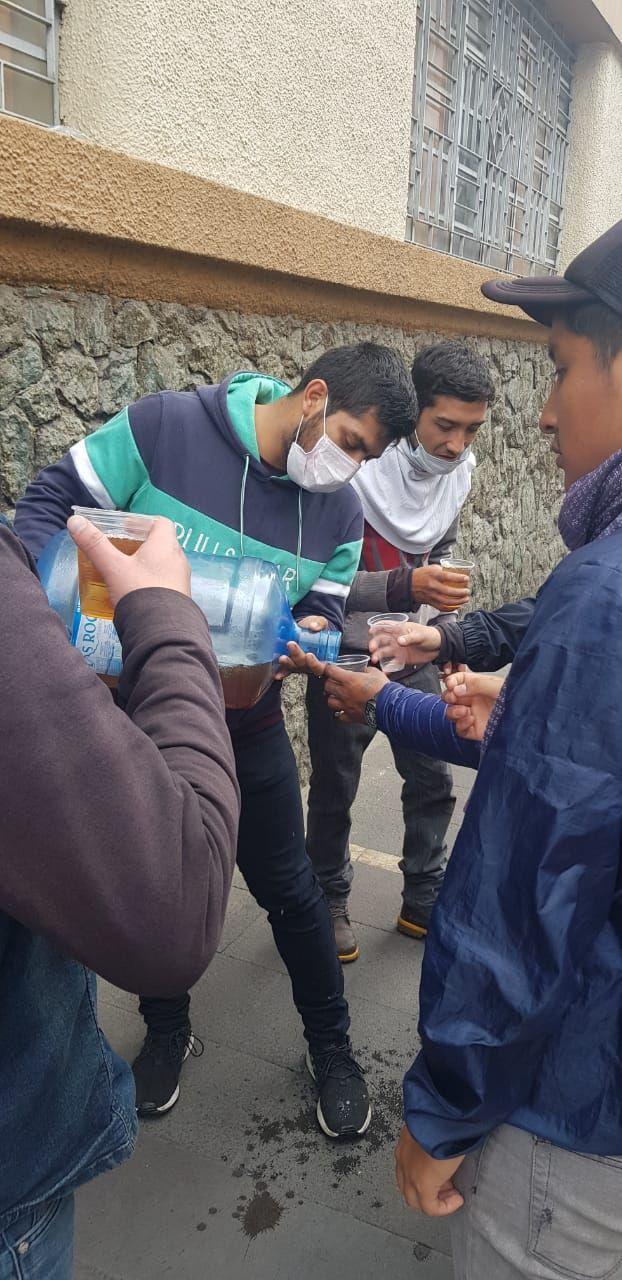 Manifestantes distribuem suco e sanduíches durantes protestos no centro de Cuenca, Equador, 9 de outubro de 2019