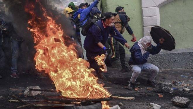 Manifestantes em confronto com a polícia de choque em Quito, 9 de outubro de 2019
