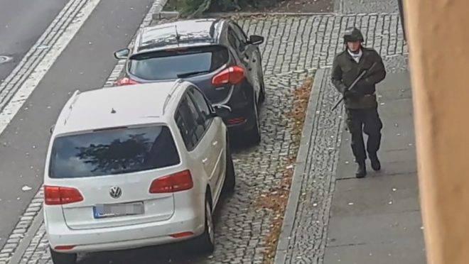 Imagem de vídeo feito por um estúdio mostra homem armado nas ruas de Halle, Alemanha, 9 de outubro