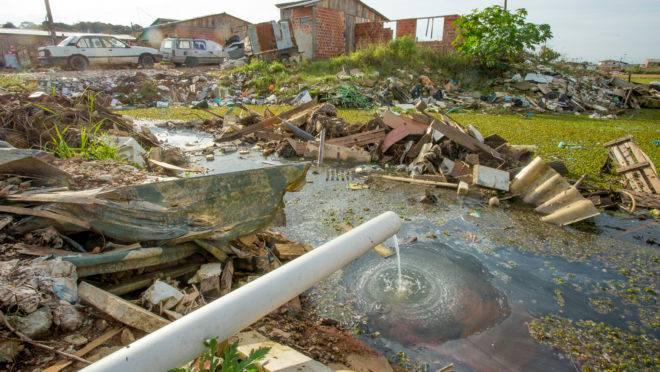 Ocupação 29 de Outubro, em Curitiba: lei em discussão no Congresso quer universalizar saneamento até 2033.