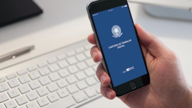 Contribuinte segura celular com aplicativo da carteira de trabalho digital aberto