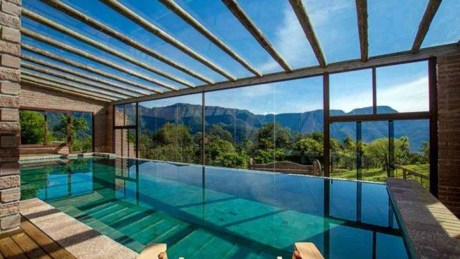 O hotel tem apenas 10 chalés e fica na Serra do Faxinal, a 8 km  de Praia Grande.