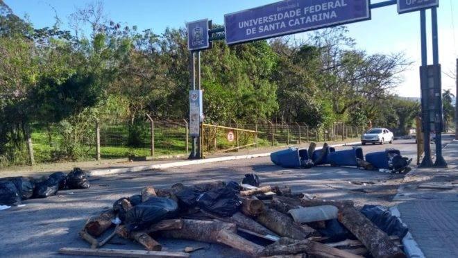 Uma das entradas da UFSC na manhã desta quinta-feira (10): lixeiras destruídas e dificuldade de acesso.