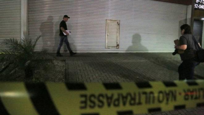 Polícia Científica faz a perícia na loja após o assalto no bairro São Braz.