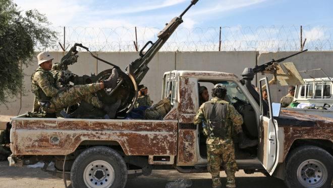 Combatentes sírios pró-turcos se reúnem perto da cidade de Azaz, na província de Aleppo