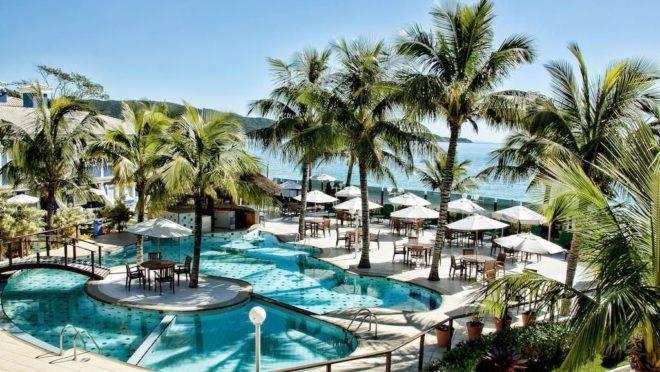 Para quem prefere praia, o destino mais distante selecionado é o Hotel Vila do Farol, em Bombinhas (SC), que oferece hospedagem cortesia para as crianças neste fim de semana.
