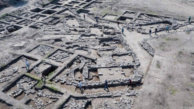 Cerca de 6 mil habitantes moravam nessa que é a maior cidade descoberta por escavações em Israel e região .