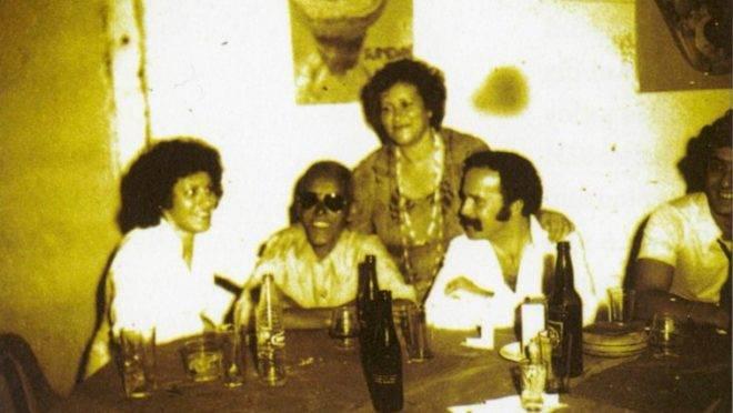 Cartola com amigos tomando cerveja morna em Curitiba.