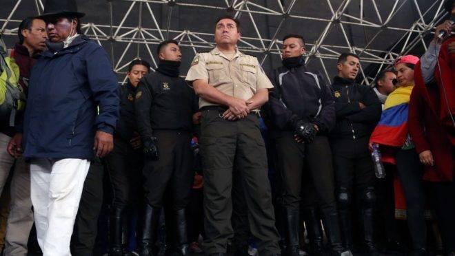 Oito policiais que são mantidos reféns por manifestantes indígenas são apresentados na Casa de Cultura em Quito, Equador, 10 de outubro de 2019