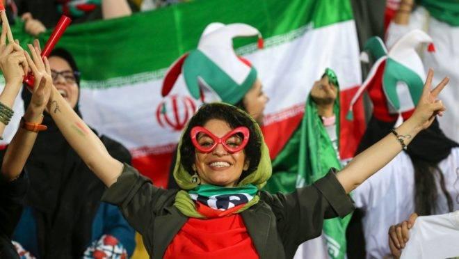 Iraniana torce durante partida de futebol entre Irã e Camboja, em Teerã, 10 de outubro de 2019