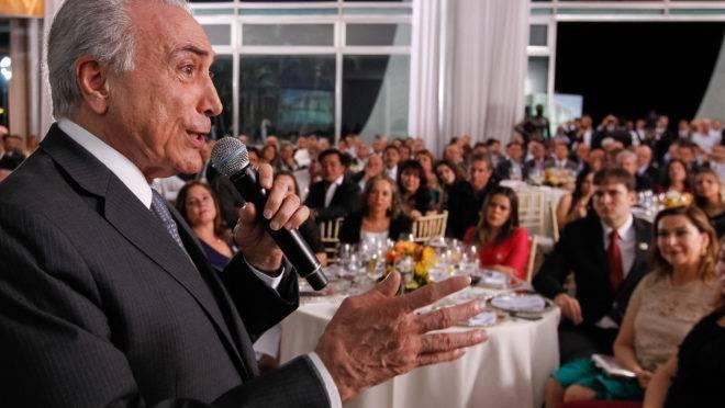 Michel Temer em um dos jantares promovidos pela Presidência da República com a base parlamentar no Congresso às custas do contribuinte.