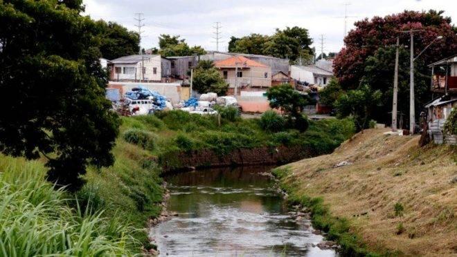 O Rio Belém, em Curitiba,  recebe uma concentração enorme de dejetos e esgoto.