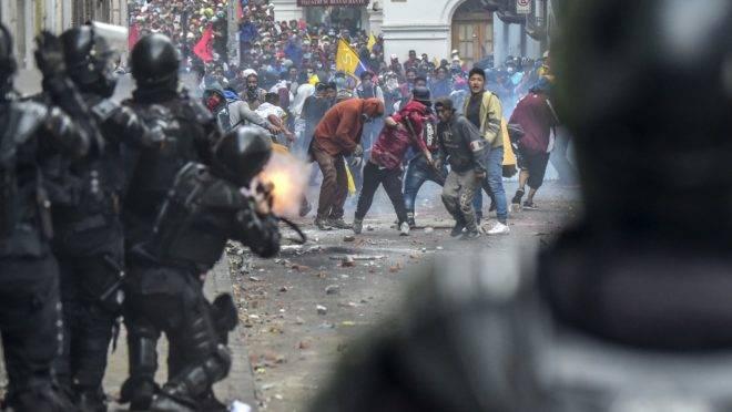 Confronto entre manifestantes e a polícia durante protestos contra o governo de Lenín Moreno em Quito, 9 de outubro de 2019