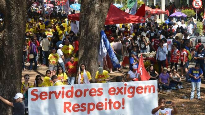 Servidores públicos federais, em protesto em 2015, em Brasília: número de aposentadorias está batendo recorde em 2019