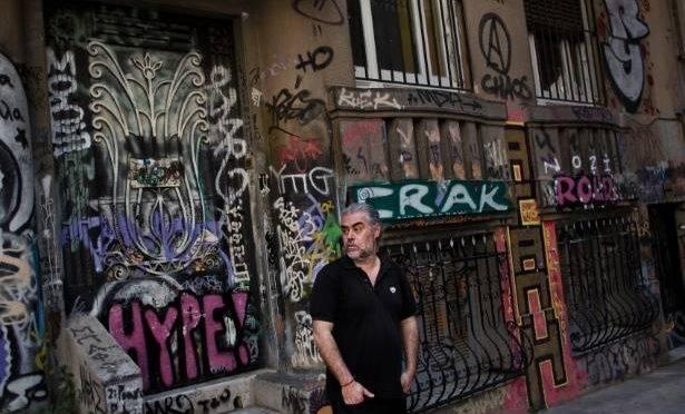 Tasos Sagris membro do grupo grego anarquista, Void Network, no bairro de Exarchia em Atenas (Fonte UOL)