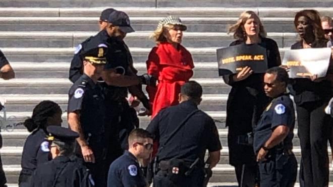 Jane Fonda é detida durante protesto sobre mudanças climáticas em Washington