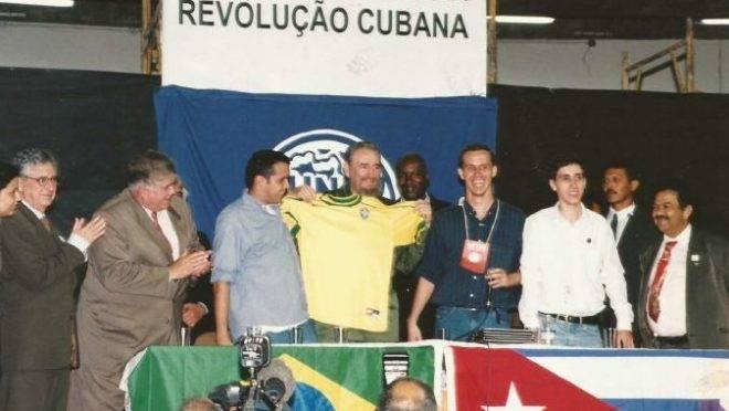 """Fidel Castro em Congresso da UNE, em 1999. A entidade afirmou na época que recebeu o ditador cubano """"como amigo""""."""