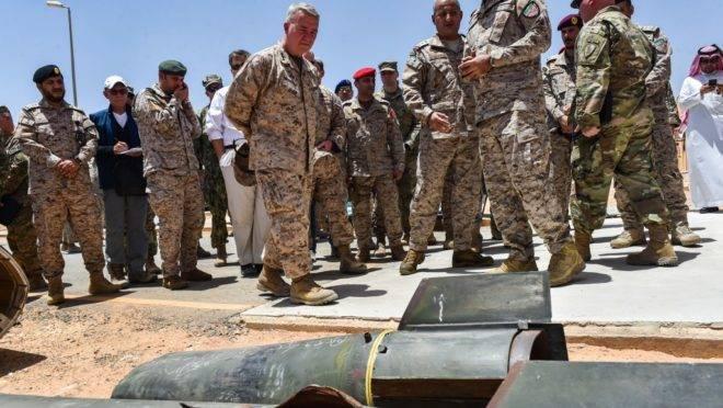 Comandantes militares dos EUA e da Arábia Saudita vistoriam armas supostamente iranianas apreendidas com rebeldes houthis, em 18 de julho de 2019