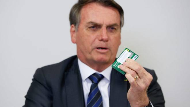 Em live nas redes sociais no dia 8 de agosto, o presidente Jair Bolsonaro prometeu abrir o sigilo do seu cartão corporativo. Mas até agora nada.