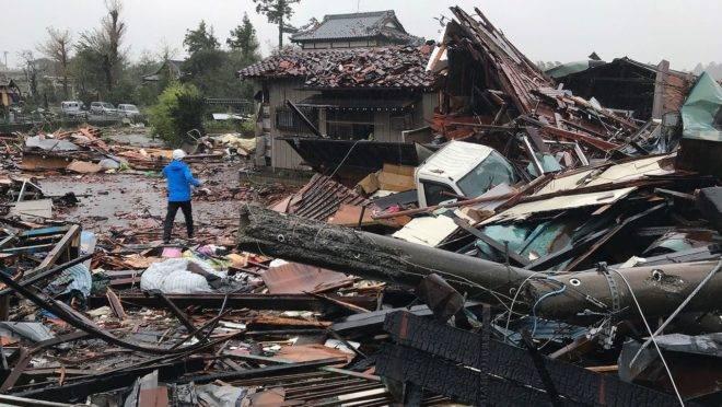 Ao tocar o solo, o tufão causou um terremoto de magnitude 5.3. Agora a tormenta viaja em direção a Tóquio, com velocidade de 35km/h.