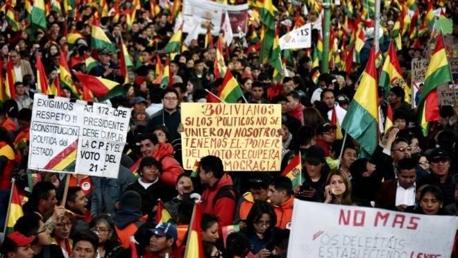 Manifestantes no centro de La Paz, Bolívia, protestam contra candidatura do presidente Evo Morales à reeleição em outubro, 10 de outubro de 2019