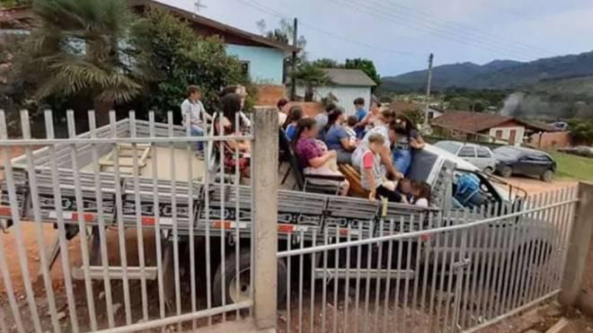 Caminhão levava 30 pessoas quando caiu em ribanceira, algumas delas iam em cadeiras plásticas na carroceria.