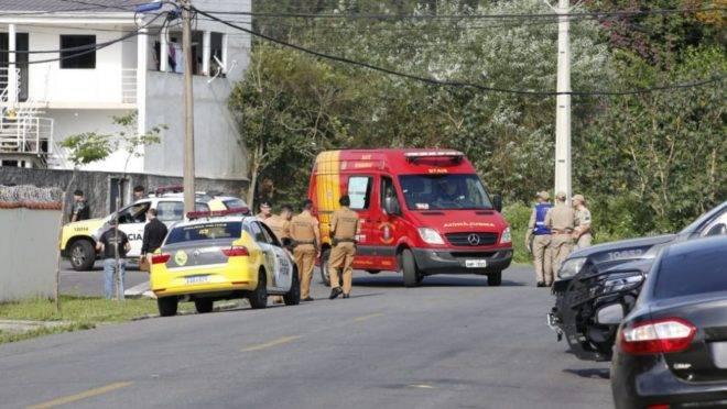 Além da PM, uma ambulância do Siate ficou de prontidão na ocorrência do policial que tentou se matar.