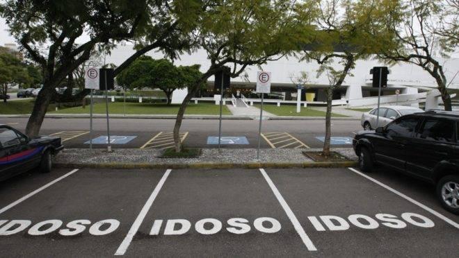 Vagas para idosos em estacionamento.