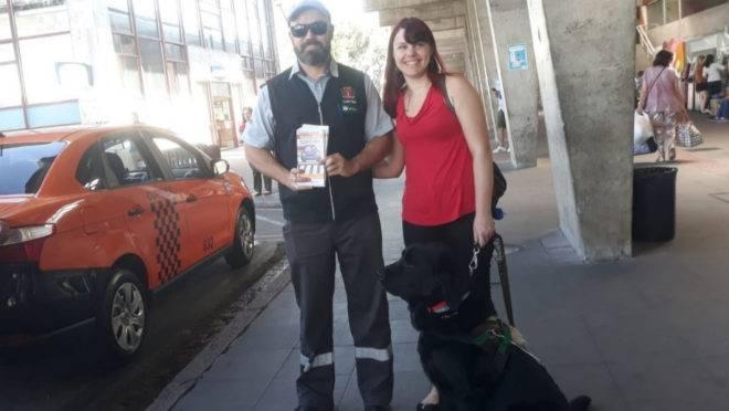 """""""É importante que os motoristas saibam que o cão é treinado e só obedece meus comandos"""", relata a passageira Dayane Bubalo."""