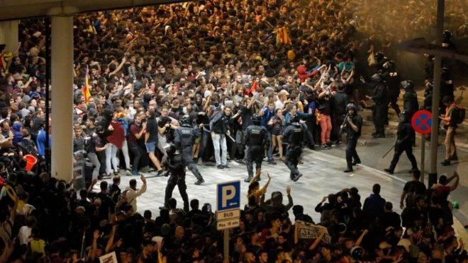 Manifestantes entram em confronto com policiais em frente ao aeroporto El Prat, em Barcelona, Espanha, 14 de outubro de 2019