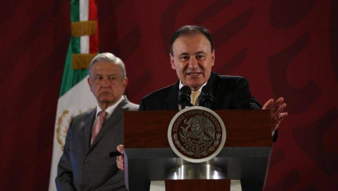 Alfonso Durazo (à frente), secretário de Segurança do México, em conferência sobre segurança pública, 14 de outubro de 2019