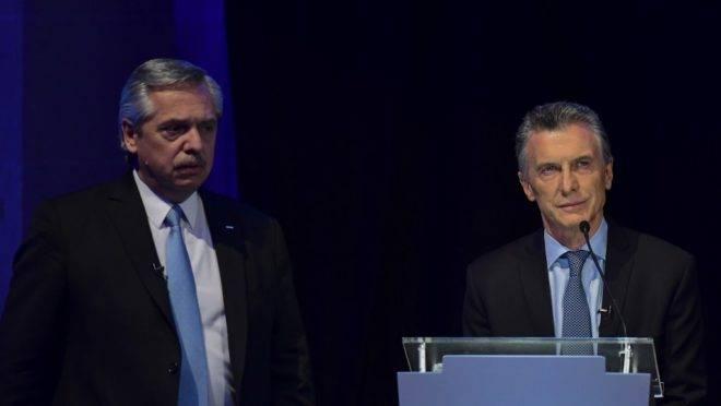 Mauricio Macri, presidente da Argentina e candidato à reeleição (dir.), e candidato à presidência Alberto Fernández no primeiro debate presidencial em Santa Fé, 13 de outubro de 2019