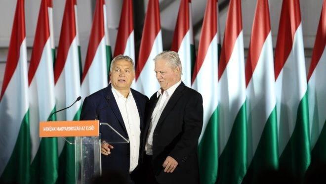 O primeiro-ministro da Hungria, Viktor Orbán (esq.) e o prefeito de Budapeste, Istvan Tarlos, após as eleições locais, 13 de outubro de 2019