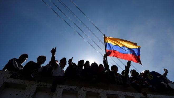 Indígenas comemoram em um caminhão ao sair da Casa de la Cultura em Quito, Equador, após acordo que encerrou protestos violentos