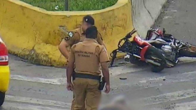 Câmera da BR-277 flagrou policial colocando a arma ao lado do corpo de jovem.