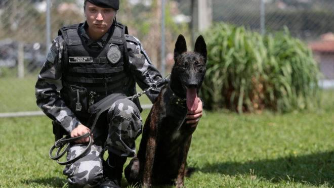 Angélica Chuede, policial e veterinária, com seu cachorro, o pastor holandês Hunter