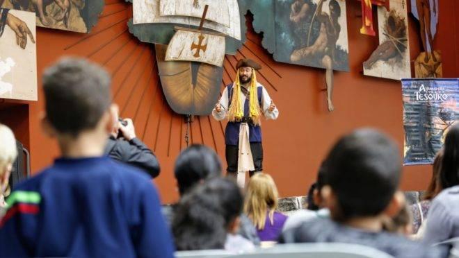 Ofenbok caracterizado de Pirata: a lenda vira história.