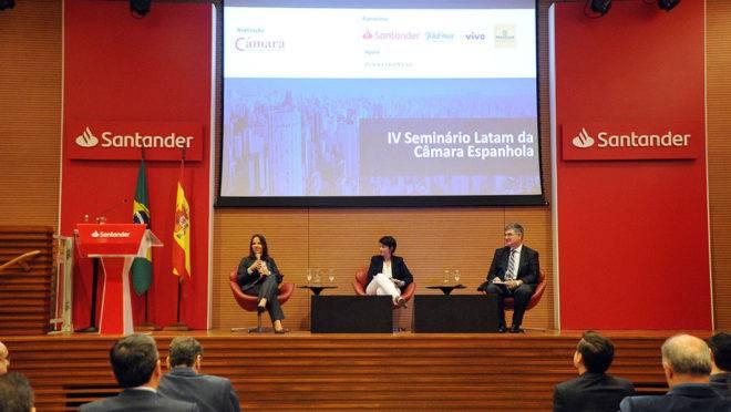 Joana Pereira, do FMI (E); Carlos Mussi, da Cepal (D) e Isabel Rata, conselheira econômica da embaixada da Espanha no Brasil